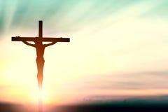 Sylwetka mężczyzna z nastroszonymi rękami nad plama krzyża pojęciem dla Obraz Stock