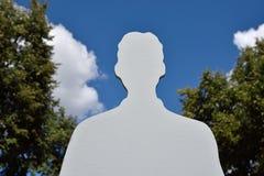 Sylwetka męski anioł przeciw niebu z chmurami (pomysł, ec Obrazy Stock