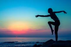 Sylwetka młoda elastyczna dancingowa kobieta na dennym wybrzeżu Obraz Stock