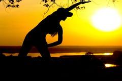 Sylwetka młoda kobieta angażował w sprawności fizycznej w naturze przy zmierzchem, sport kobiety profilem pojęciem sport i healhc Zdjęcia Stock