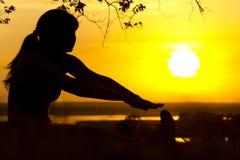 Sylwetka młoda kobieta angażował w sprawności fizycznej w naturze przy zmierzchem, sport kobiety profilem pojęciem sport i healhc Obraz Royalty Free