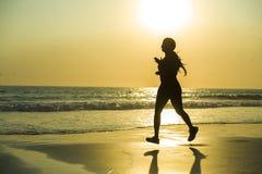 Sylwetka młoda szczęśliwa i atrakcyjna amerykanina afrykańskiego pochodzenia biegacza kobieta ćwiczy w działającym sprawność fizy obraz royalty free