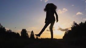 Sylwetka młodej kobiety doskakiwanie przy zmierzchu zwolnionym tempem zbiory wideo