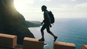 Sylwetka młody ufny brodaty wycieczkowicz z plecaka odprowadzeniem na krawędzi drogi w wyspach kanaryjskich wysokich nad zbiory