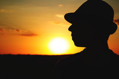 Sylwetka męski rolnik w kapeluszu na polu Zdjęcia Stock