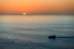Sylwetka mały pasażerskiego naczynia omijanie przez Atlantyckiego ocean przy zmierzchem, widok z lotu ptaka, Tenerife wyspa, kana Zdjęcie Royalty Free