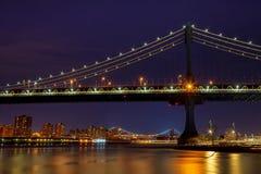 Sylwetka Manhattan mosta Manhattan linia horyzontu przy nocą Fotografia Royalty Free