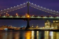 Sylwetka Manhattan mosta Manhattan linia horyzontu przy nocą Fotografia Stock