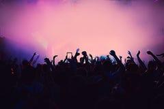 Sylwetka masywnego tłumu przyjęcia koncerta klubu muzyka Zdjęcie Royalty Free