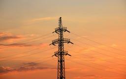 Sylwetka maszt wysokonapięciowa linia energetyczna Zdjęcia Stock