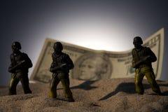 Sylwetka militarni żołnierze na pieniądze tle Zdjęcie Stock