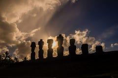 Sylwetka moais Ahu Nau Nau w Wielkanocnej wyspie Fotografia Stock