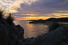 Sylwetka morze skały i odbicie cloudscape przy zmierzchem Zdjęcie Royalty Free