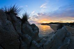 Sylwetka morze skały i odbicie cloudscape przy zmierzchem Obrazy Stock