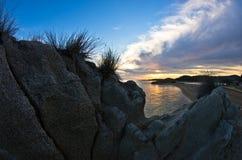 Sylwetka morze skały i odbicie cloudscape przy zmierzchem Obraz Stock