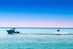 Sylwetka motorowej łodzi i wakeboarder doskakiwanie Zdjęcia Stock