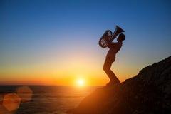 Sylwetka muzyk sztuki Tuba na morzu Zdjęcia Royalty Free
