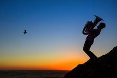 Sylwetka muzyk sztuki Tuba na morzu Zdjęcia Stock