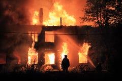 Sylwetka na pożarniczym tle Zdjęcia Royalty Free