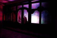 Sylwetka niewiadoma cień postać na drzwi przez zamkniętego szklanego drzwi Sylwetka istota ludzka przed okno przy ni Zdjęcia Stock