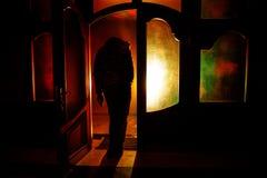 Sylwetka niewiadoma cień postać na drzwi przez zamkniętego szklanego drzwi Sylwetka istota ludzka przed okno przy ni Zdjęcia Royalty Free