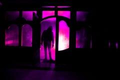 Sylwetka niewiadoma cień postać na drzwi przez zamkniętego szklanego drzwi Sylwetka istota ludzka przed okno przy ni Zdjęcie Stock