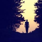Sylwetka osamotniony mężczyzna odprowadzenie zdjęcia royalty free