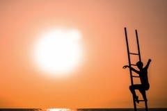 Sylwetka osoba na schodkach przy wschodem słońca w GOA Zdjęcia Royalty Free