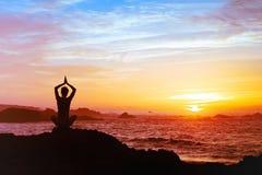 Sylwetka osoby ćwiczy joga zdjęcie stock
