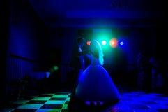 Sylwetka państwo młodzi tanczy wolnego tana w odpoczynku zdjęcia stock