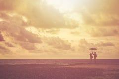 Sylwetka par ludzie lub turystyczna pozycja na plaży wewnątrz Obrazy Royalty Free