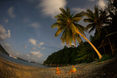 Sylwetka para na zmierzch plaży obrazy stock