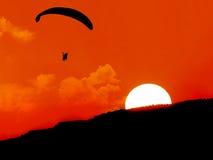Sylwetka, paragliding przy zmierzchem Zdjęcia Royalty Free