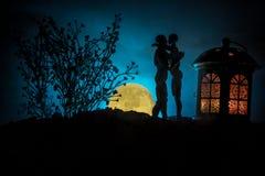 Sylwetka pary całowanie pod księżyc w pełni Faceta buziaka dziewczyny ręka na księżyc w pełni sylwetki tle Walentynki ` s dnia wy Zdjęcie Stock