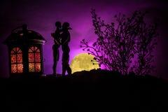 Sylwetka pary całowanie pod księżyc w pełni Faceta buziaka dziewczyny ręka na księżyc w pełni sylwetki tle Walentynki ` s dnia wy Zdjęcia Stock