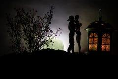 Sylwetka pary całowanie pod księżyc w pełni Faceta buziaka dziewczyny ręka na księżyc w pełni sylwetki tle Walentynki ` s dnia wy Fotografia Stock