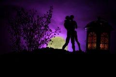 Sylwetka pary całowanie pod księżyc w pełni Faceta buziaka dziewczyny ręka na księżyc w pełni sylwetki tle Walentynki ` s dnia wy Zdjęcie Royalty Free