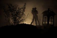Sylwetka pary całowanie pod księżyc w pełni Faceta buziaka dziewczyny ręka na księżyc w pełni sylwetki tle Walentynki ` s dnia wy Obrazy Stock