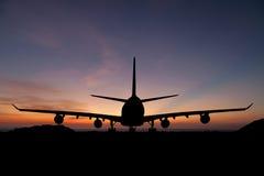 Sylwetka pasażerski samolot, linia lotnicza na pięknym zmierzchu Zdjęcia Royalty Free