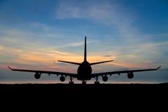 Sylwetka pasażerski samolot, linia lotnicza na pięknym zmierzchu Obraz Royalty Free