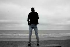 Sylwetka patrzeje morze zdjęcie royalty free