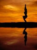 Sylwetka piękna joga kobieta z wodnym odbiciem obrazy stock