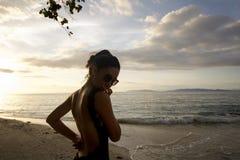 Sylwetka piękny kobieta plecy morzem przy zmierzchem Zdjęcie Stock