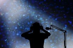 Sylwetka piosenkarza kobiety z hełmofonem i mikrofonem, pojęcie v Obraz Royalty Free