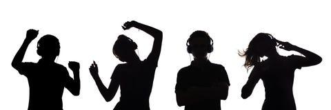 Sylwetka postacie kilka nastolatkowie słucha muzyka w hełmofonach facet i dziewczyna, tanczymy z rękami w górę, ilustracji