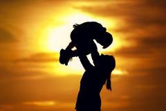 Sylwetka potomstw macierzysty bawić się z dzieckiem Fotografia Royalty Free