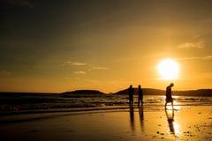 Sylwetka potomstwa na wschód słońca plaży, Biznesowy pojęcie pomysł fotografia royalty free