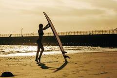 sylwetka pozuje z surfboard na plaży żeński surfingowiec obrazy stock