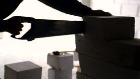 Sylwetka pracownik ręka która noże materiał budowlany, zbiory