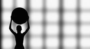 Sylwetka pracująca z sprawności fizycznej piłką kobieta out Obraz Stock